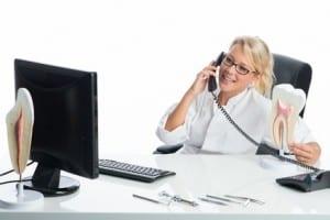 Telefonieren in Zahnarztpraxis
